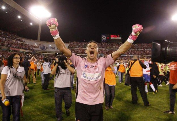 Roberto celebra el pase a la final de los 'play off' de ascenso.
