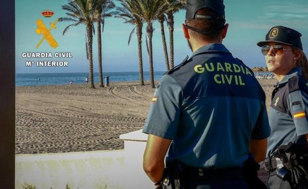 Agentes de la Guardia Civil en una playa de Roquetas de Mar. /IDEAL