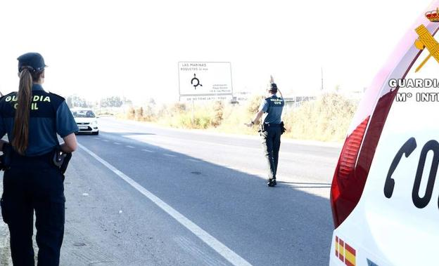 Agentes de la Guardia Civil en un control de carreteras. /IDEAL