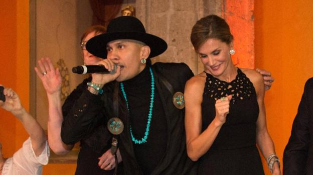 Taboo anima a la Reina a marcar el ritmo de 'Where is the love?'.