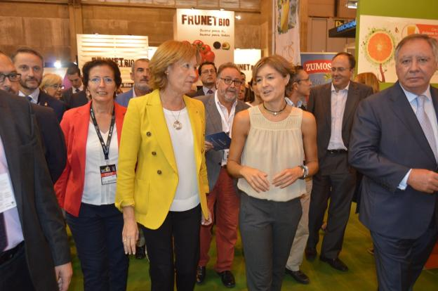 La ministra Tejerina, con la exconsejera andaluza del ramo en Fruit Attraction./IDEAL