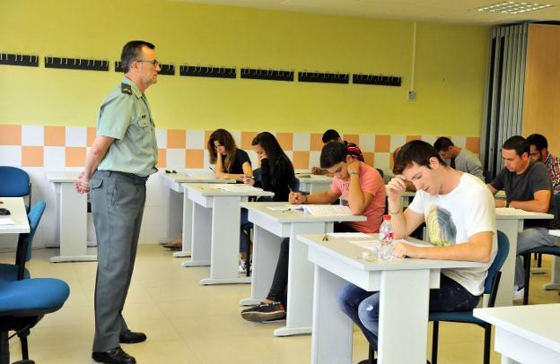 Aspirantes a guardia civil, en una de las pruebas de acceso en la Academia./ENRIQUE