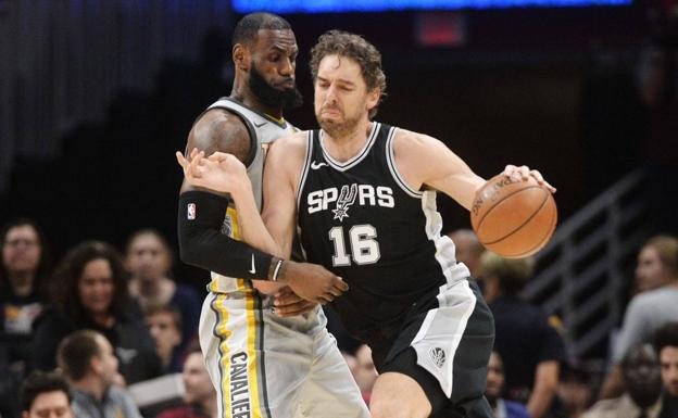 Pau Gasol, defendido por LeBron James. /Reuters