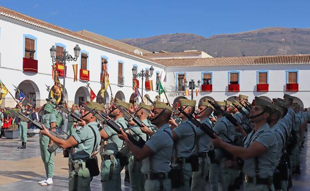 Berja rinde homenaje a la bandera de España y al Legión ...