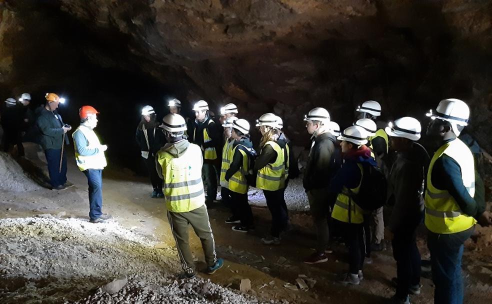 Los estudiantes franceses conocieron la mina Mulata gracias a las explicaciones de Juan Antonio Soler./D. S.