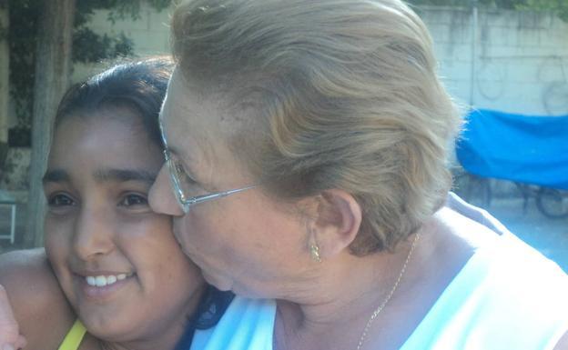 La madre de Maribel con una de sus niñas de acogida.
