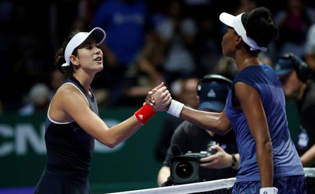 Garbiñe Muguruza felciita a Serena Williams. /Efe