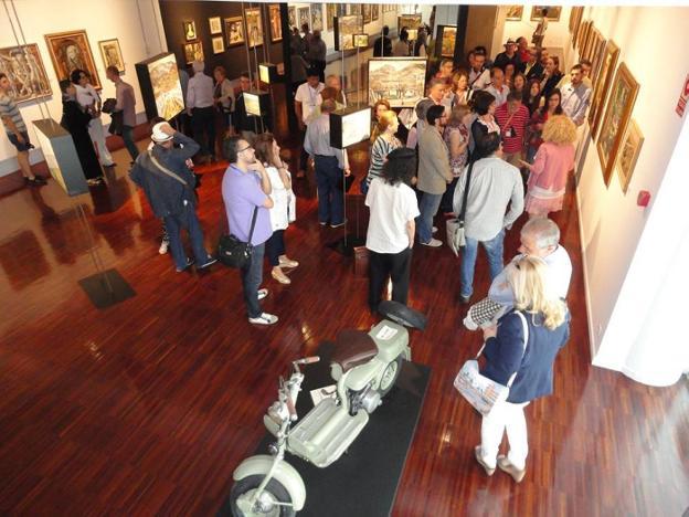 Numeroso público ayer en las salas del museo disfrutando de las pinturas y las obras de arte. /J.A.G-M.