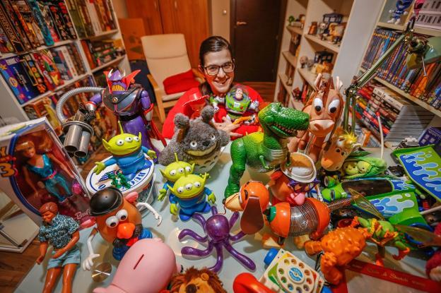Laura Yeste posa con la colección de más de cuarenta figuras de  Toy Story  9efda8075bc
