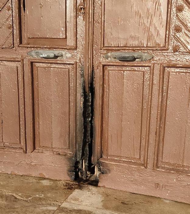 Prenden fuego a la puerta de la ermita de Torregarcía días antes de la romería de la Virgen del Mar