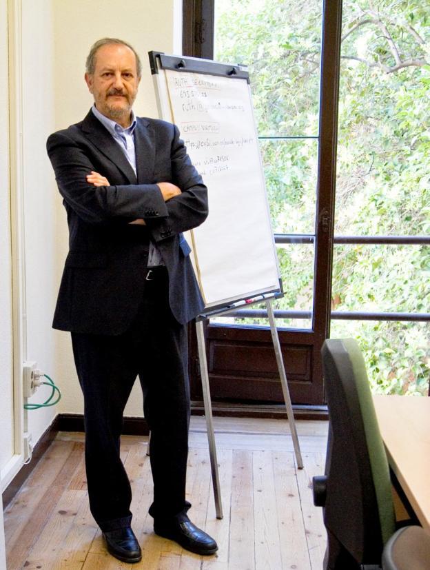 El catedrático de Radiología y Medicina Física en su despacho./ALFREDO MATILLA