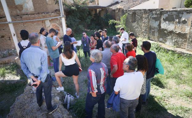 Pedro Salmerón hizo de guía en la visita organizada por el Colegio de Arquitectos de Granada.