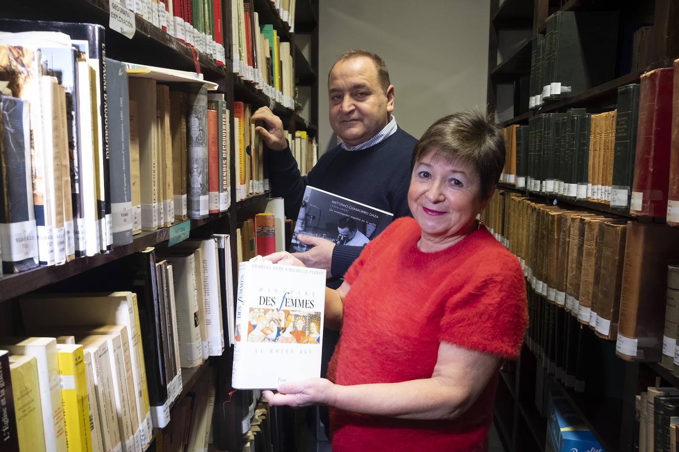 Enriqueta Barranco y el director del documental, Jorge Rodríguez Puche, en el despacho de la cátedra de investigación Alejandro Otero-Antonio Chamorro