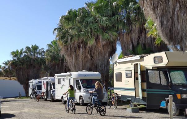 Centenarres de autocaravanas se concentran en las playas durante el fin de semana./Javier Martín