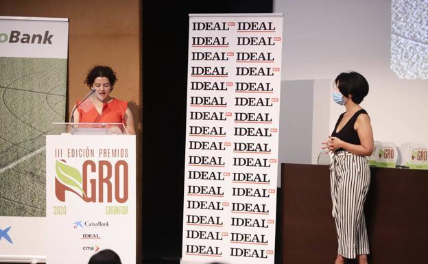 Eva María de la Blanca, durante su discurso. A la derecha, la periodista de IDEAL Rebeca Alcántara.