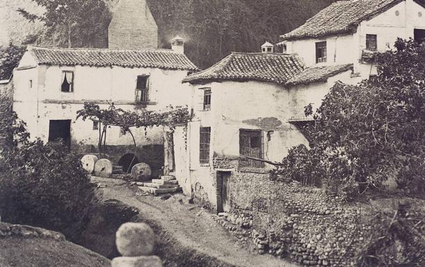 Charles Clifford, [Molinos de la Cuesta del Rey Chico y cerca del bosque de la Alhambra], 1854. Papel a la sal a partir de calotipo. En álbum Granada: Photographies. /Archivo Histórico Municipal de Granada
