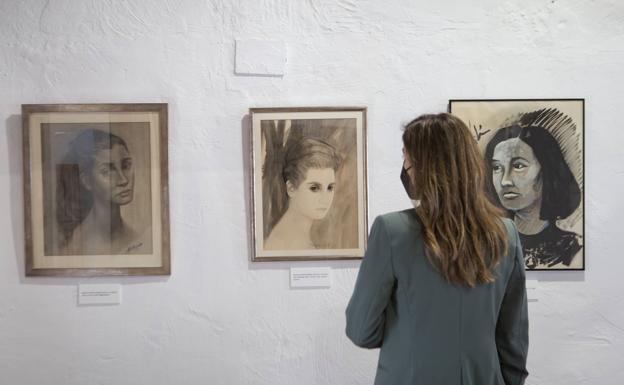 Varios retratos pictóricos de Rodrigo en la exposición.