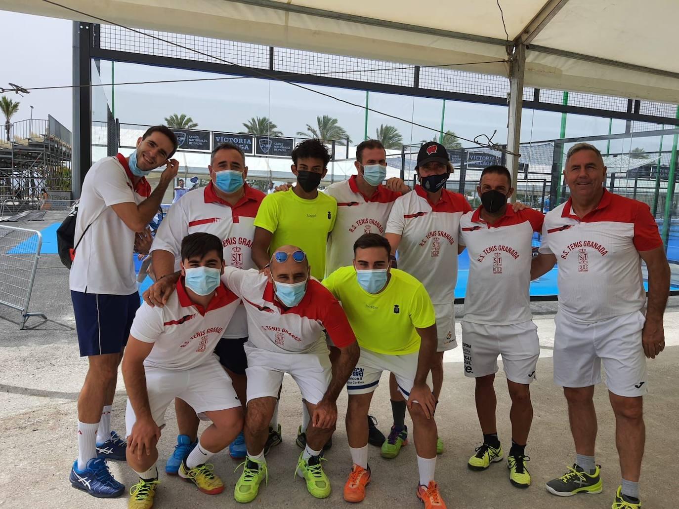 Grupo de jugadores de la Real Sociedad de Tenis de Granada. /B. J.