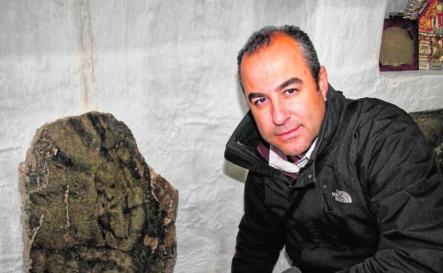 Luis Mariano Fernández en Bélmez de la Moraleda junto a una de las caras en una imagen de archivo. /Cedida